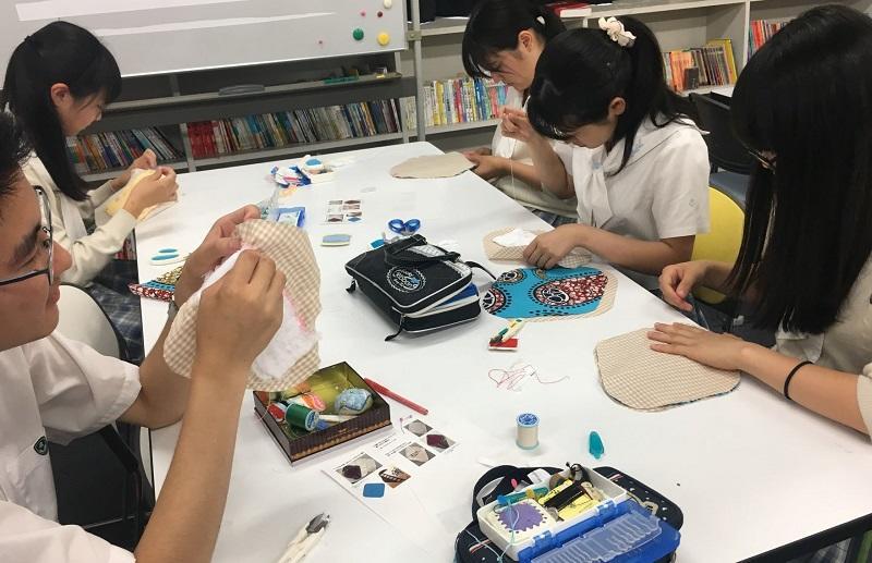 男子生徒も縫い物にチャレンジ。