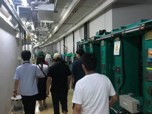 加速器内見学で撮影した写真である。加速器内部には電子を加速させるためのアンジュレータと呼ばれる磁石や電子を曲げ電磁波を発生させる偏向電磁石がある。