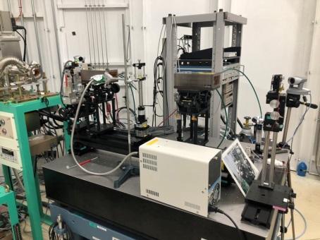 小林が4日目の実験で使用したBL22XUの写真である。BL22XUでは溶液内イオンが光酸化還元反応によって変化する様子をXAFS測定法を用いて観察した。