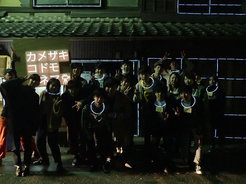 ワークショップ終了後、建物の前で。充実感を得た様子の学生たち。