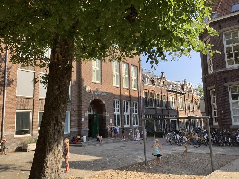 校庭から見た正面玄関(正門)です。「正面」や「正門」という感覚はない感じがします。学校の施設が市民生活に溶け込んでいる様子がうかがえます。