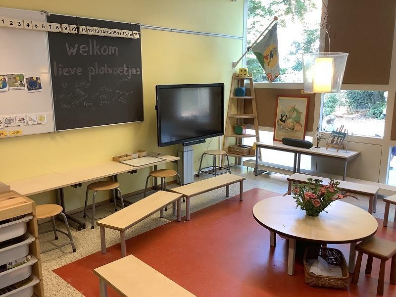 いわゆる教室です。すぐに、サークル状にすることができる可動式の机や椅子があり、また、室内はカラフルです。壁や床の色を変えることで、学習を楽しめる雰囲気になります。大いに参考にすべきことだと考えます。