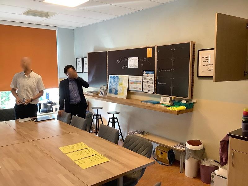 職員室内です。書類はほとんどありません。職員室というより、打ち合わせスペースといった感じです。ここで、教師は昼ご飯をみんなで食べるとのことです。オフィシャルな場、アンオフィシャルな場での交流を大切にしていると、校長先生は話されていました。