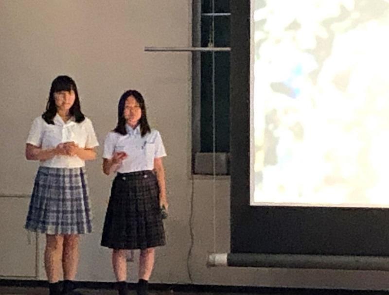 東洋大学附属牛久高校のプロジェクトに参加した本校生徒が優秀校に選ばれました。代表校としてプレゼンをしている場面です