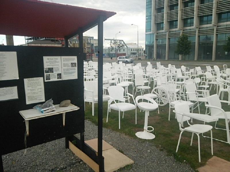 多くの犠牲者を追悼する白い椅子