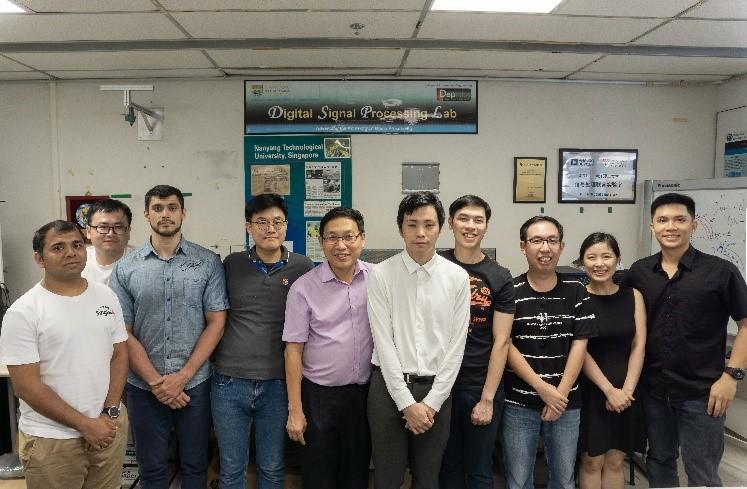 ナンヤン工科大学にて(左から5番目ガン・ウンセン教授,6番目村尾達也助教,他研究員の皆さん)