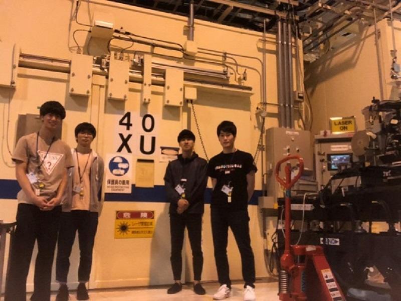上写真は今回の実験で使用したビームラインであるBL40XUの装置の扉前で撮影した写真である。スイッチによって扉を開けるとビーム装置があり、そこに試料をセットし実験を行った。