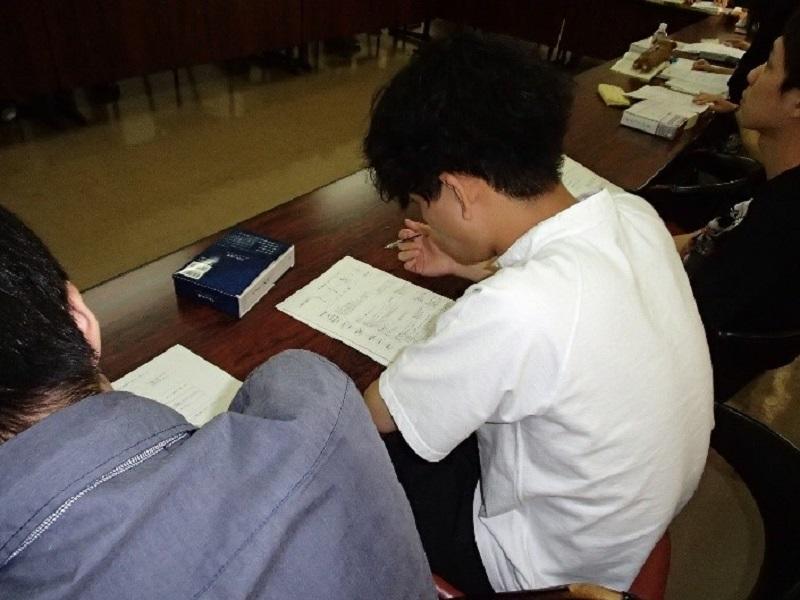 弁護士から出題されたクイズに取り組む参加学生