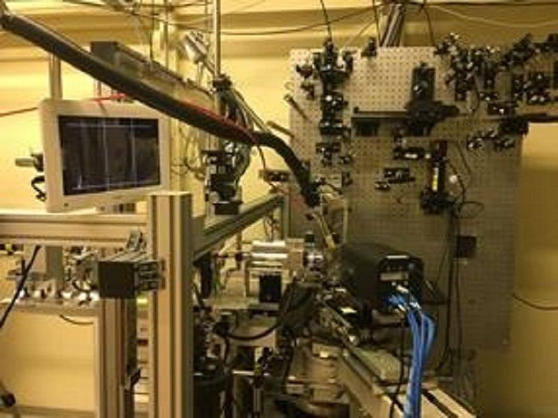 写真は実際に試料をセットし測定を行った送致である。写真左方向からX線が照射されこれによる回折を観察する。写真の中央右下あたりにはカメラが存在し測定の様子をパソコンで実際に確認できるようになっている。