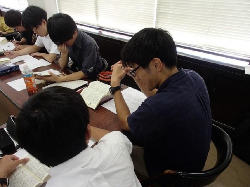六法と見比べながら答え合わせをする参加学生
