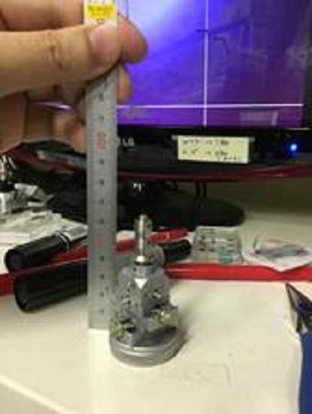 写真は実際に測定した試料である。試料台の先端にはガラス片が取り付けられており、さらにその上に数本のGaN系ナノワイヤが取り付けられている。この数本にX線が当たるようにして測定を行った。