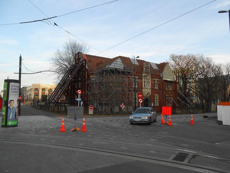 復興途中にある街中の補強修理中の建物