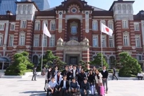 東京駅にて記念撮影