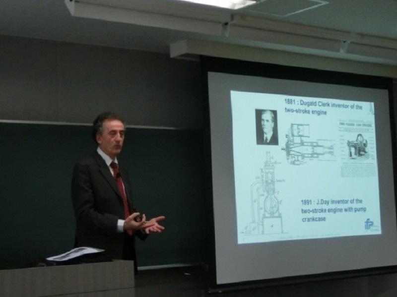 講義するIFP Schoolのピエール・デュレ先生