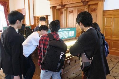法務省内の法務史料展示室で史料を見学する学生