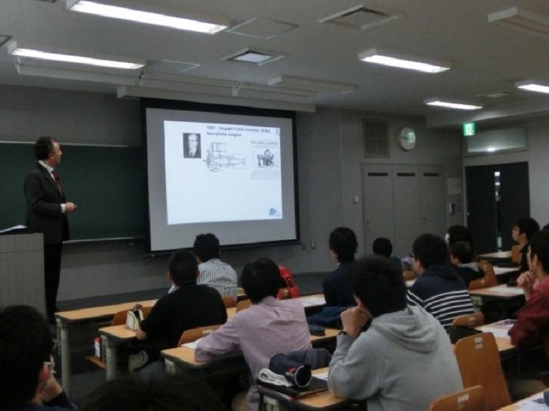 IFP Schoolのピエール・デュレ先生の講義を聴く学生