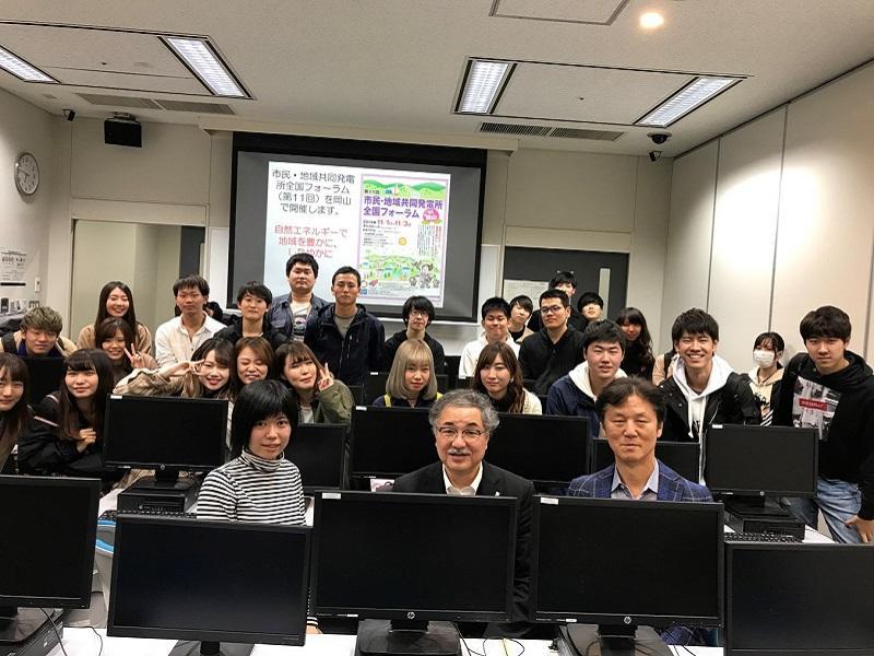 講演会終了後受講生たちとの写真撮影(前列真ん中が白井先生、その左側が柴田ひかるさん)