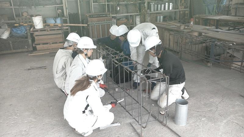 鉄筋工事の実習風景