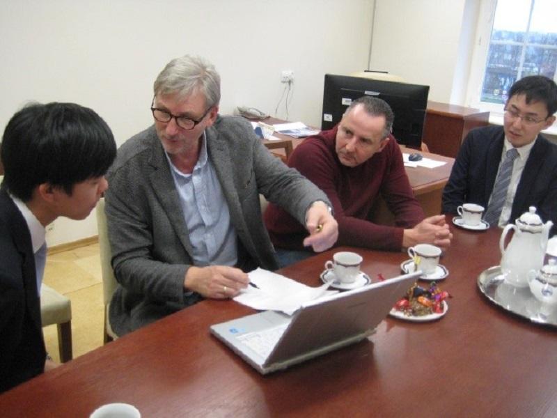 ミロスワフ・デレシェスキ教授からデータの見方についてアドバイスを受けるビークルエンジン研究室の学生