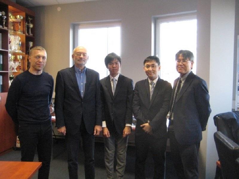 アンジェイ・テオドールチック教授(左から二人目)、ビークルエンジン研究室の学生(左から三人目、四人目)、中島公平教授(右から一人目)