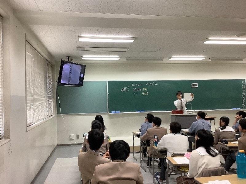 小池教諭(理科)のよる、ICT機器を用いたアクティブ・ラーニング型授業実践。演示実験を取り入れており、一人一人実験を行うことはできないが、ICT機器を使用することで、全員にわかりやすく操作や実験結果を見せることが可能になっています。