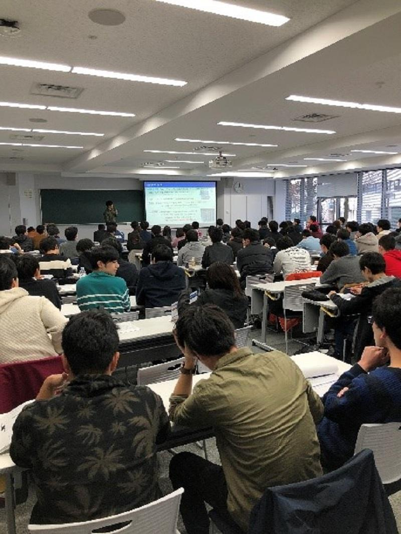 H204講義室でM1が3分の持ち時間で研究内容のショートプレゼンテーションを行った。