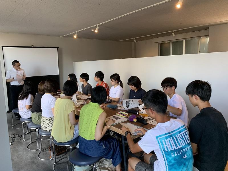 高山市海外戦略課の担当者による説明を熱心に聴く学生たち