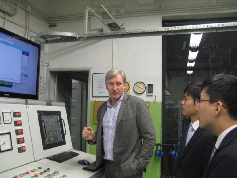 ミロスワフ・デレシェスキ教授から研究室のプロジェクトの状況について説明を受けるビークルエンジン研究室の学生