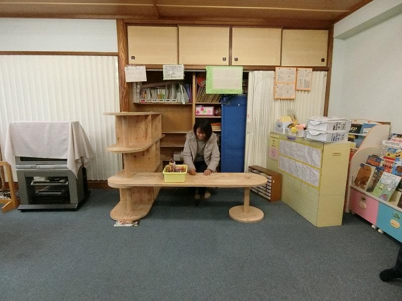 設置された本棚やデスクは、子供達とのコミュニケーションを促す仕掛けとして活用される。