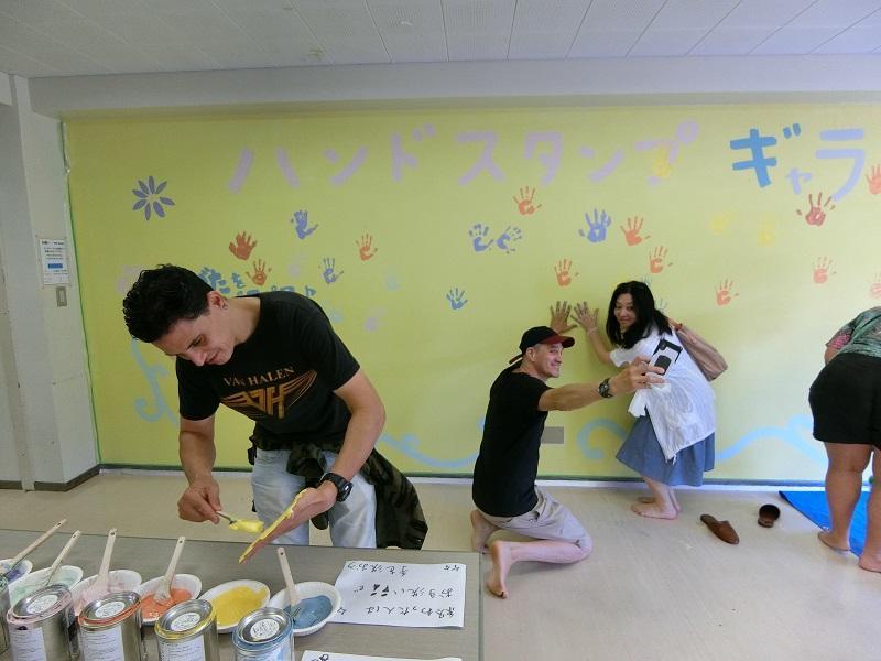 国や言葉、年齢の壁も乗り越える企画として「ハンドスタンプ」による壁面ギャラリーを学生たちが企画。