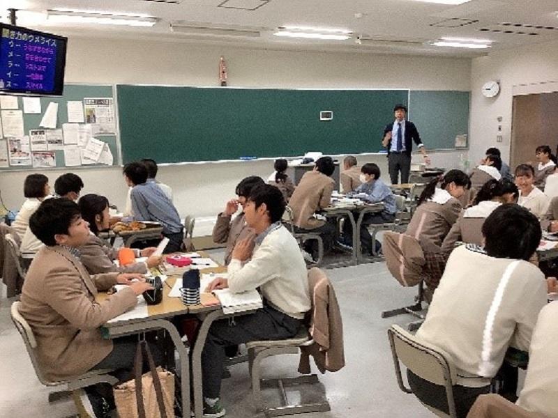 岡田教諭(国語科)の授業実践。これまでの先進校視察で得た経験を授業に盛り込んでいます。この挑戦的な取り組みは、主体的・対話的で深い学びに大きく貢献しています。授業時間中は、話す時の賑やかさ、考える時の静けさの静寂がはっきりしています。