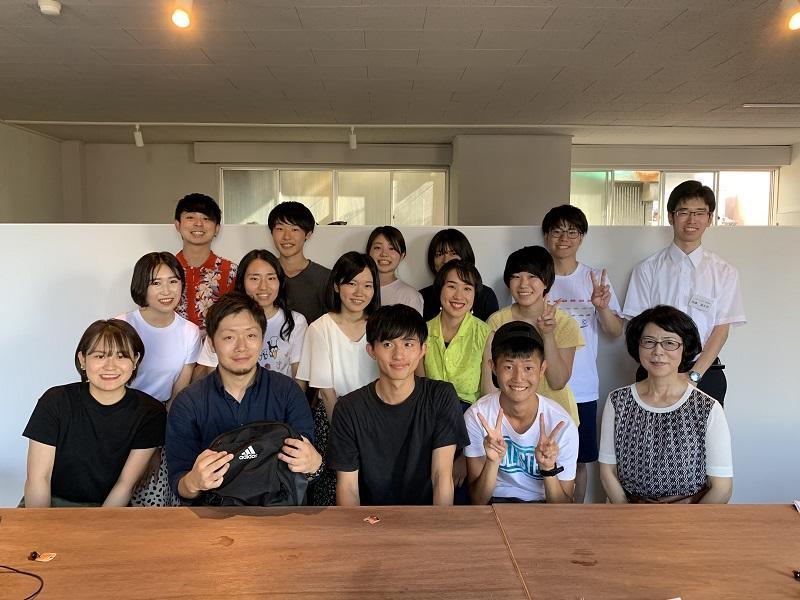 今回の調査に参加した二神ゼミナールの学生とカフェ経営者との集合写真