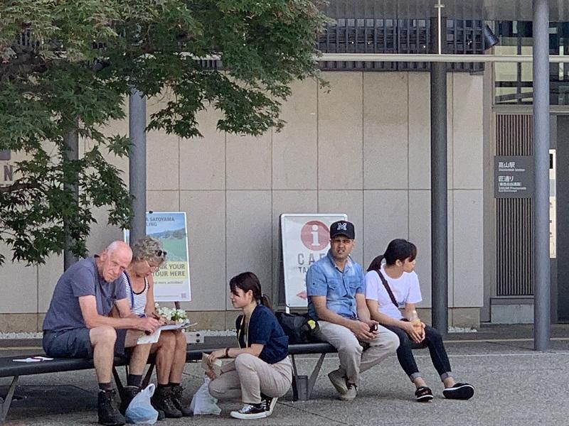 高山駅前で熱心にヒアリングを行う学生1