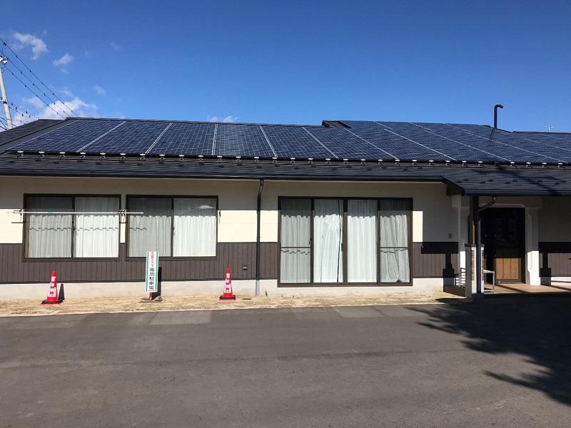 「下久堅ふれあい交流館」の屋根に設置されている太陽光発電施設