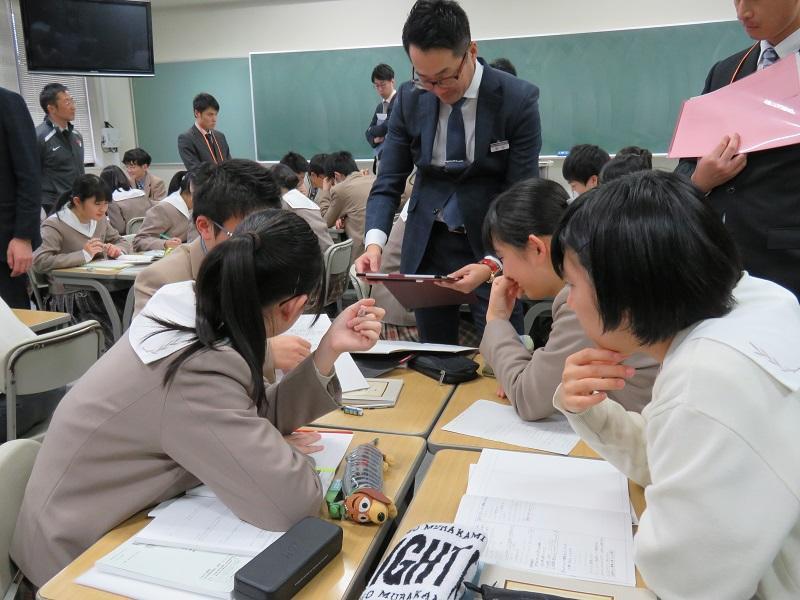 宮田教諭(数学科)の予習動画を活用した演習授業の様子です。家庭で予習しているため、学校の授業ではその内容をもとに、クラスメイトと対話することで、さらに内容理解を深めることができます。