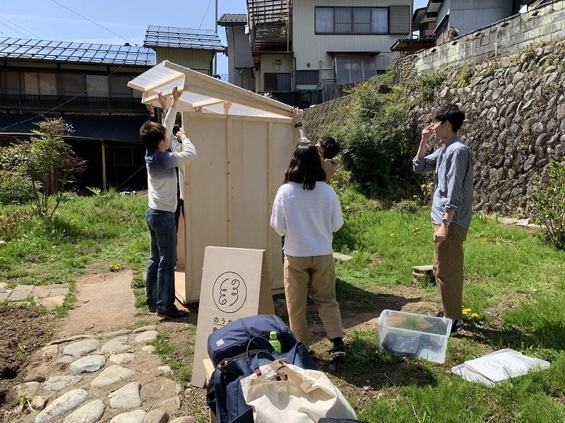 街中の市民菜園脇にて、学生たちが組み立てる。