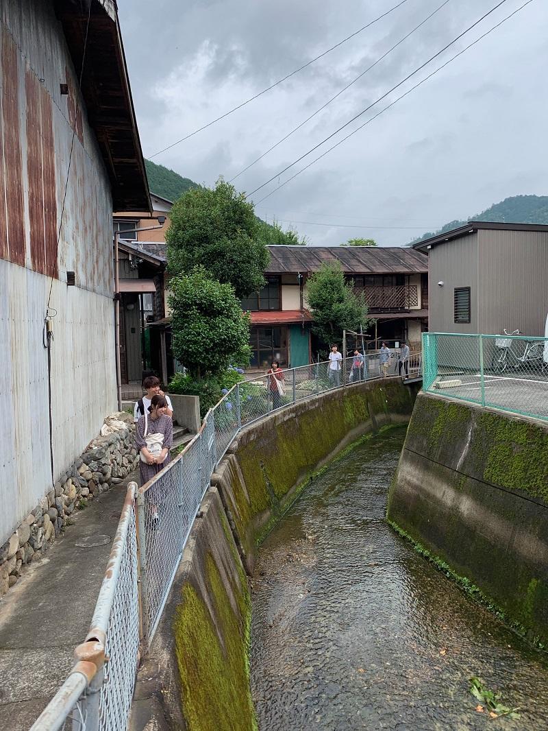 路地の中を走る水路沿いから、溢れ出る様々なものの観察から、住民の日常生活の一端も把握した。