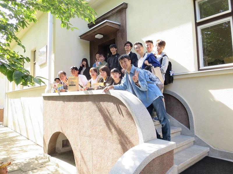 杉原記念館で写真に納まる学生たち