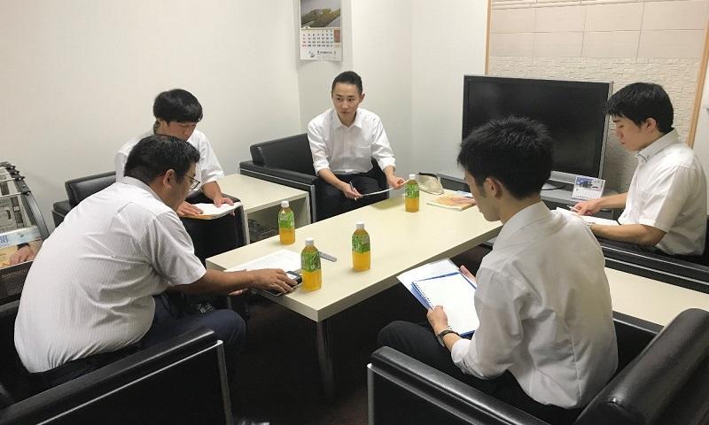 貝沼建設にて担当者とインタビュー調査している学生4名の様子