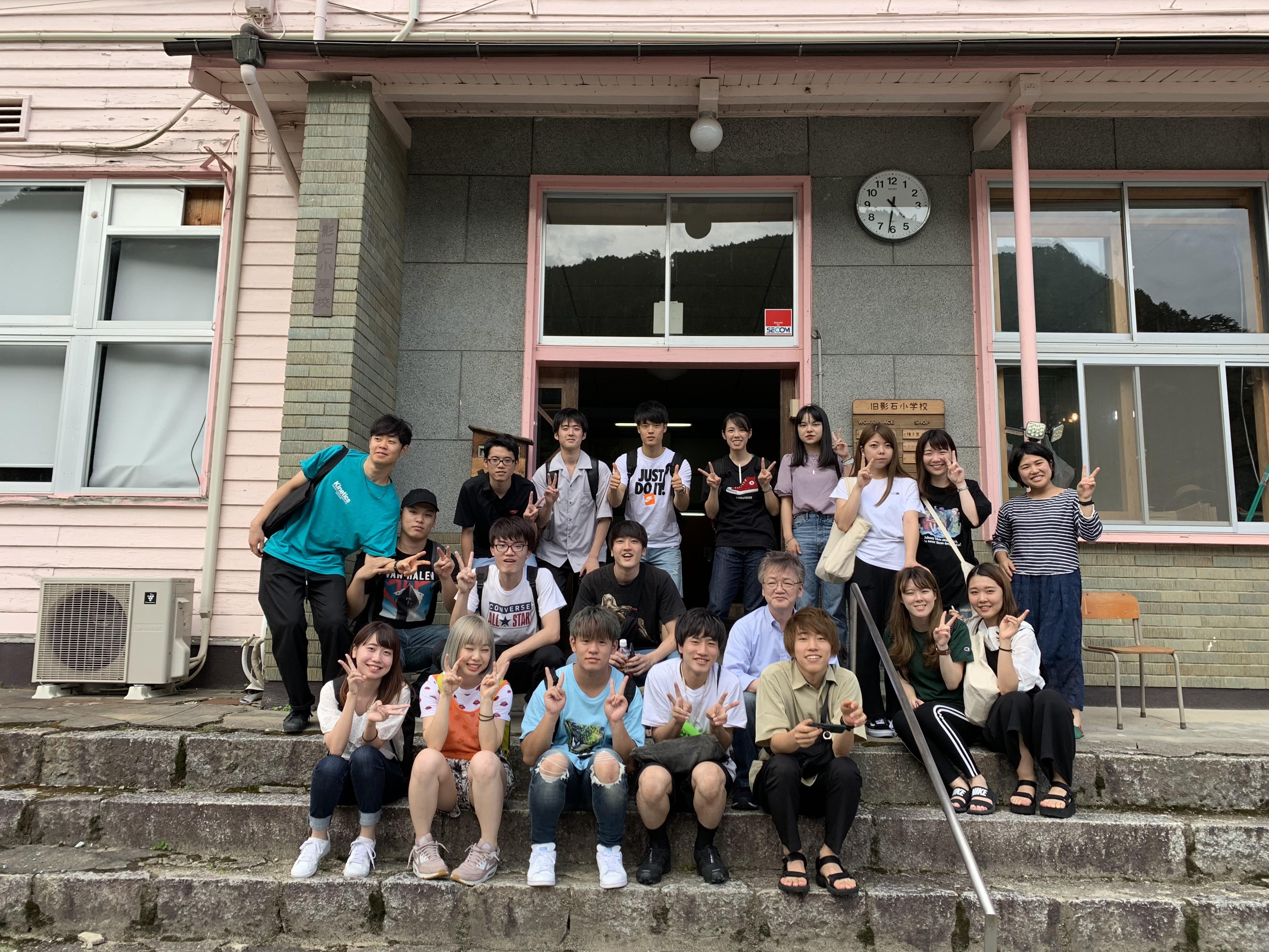 写真9-2:旧小学校前で撮影