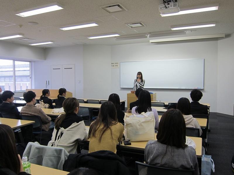 講師の話を熱心に聞く参加学生