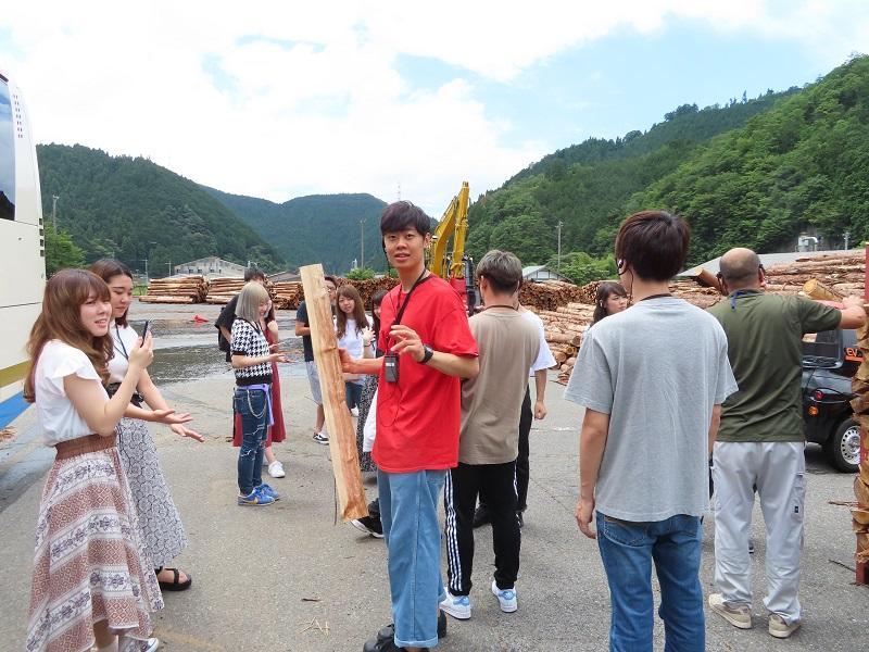 写真7:「森の学校」、これから説明を受けるところ