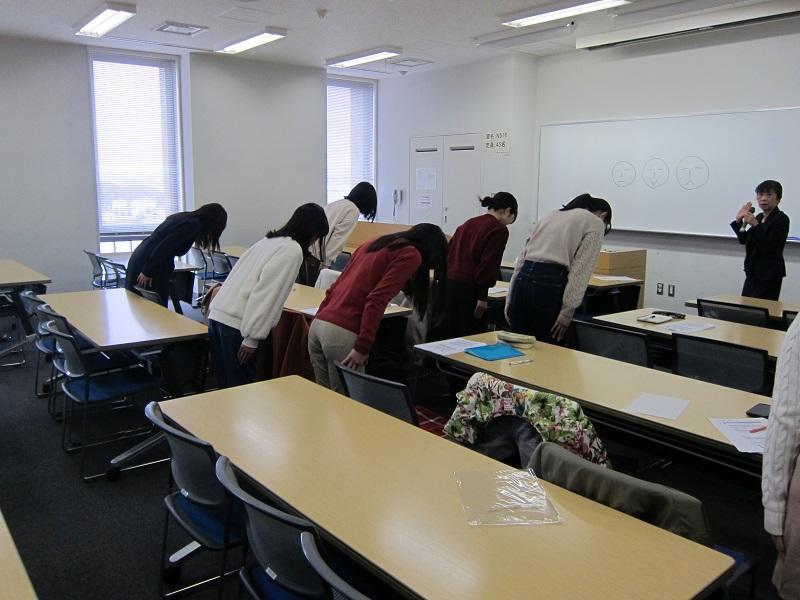 お辞儀の練習をする受講生たち