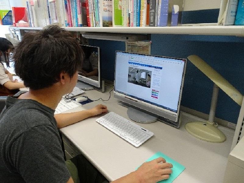 動画教材で学習する学生