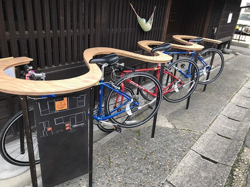 曲線形状のスタンドは、自転車がないときは、ちょっとしたカウンターにもなる