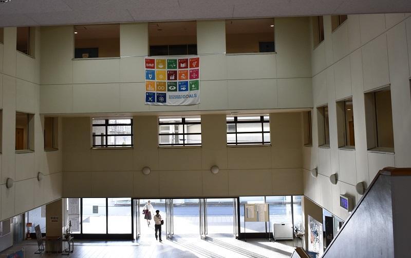 エントランスに掲げられた垂れ幕。掲げるのは生徒自身で行いました。