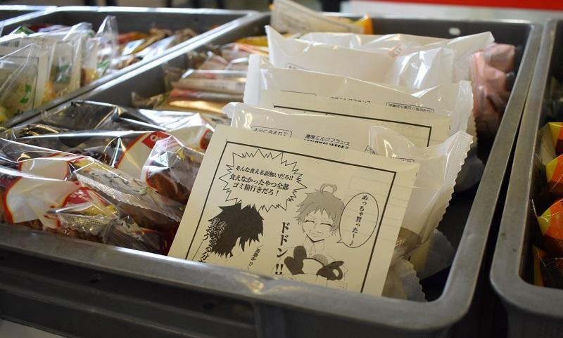 購買部のパンに貼られた食品ロスを啓蒙する1コマ漫画。