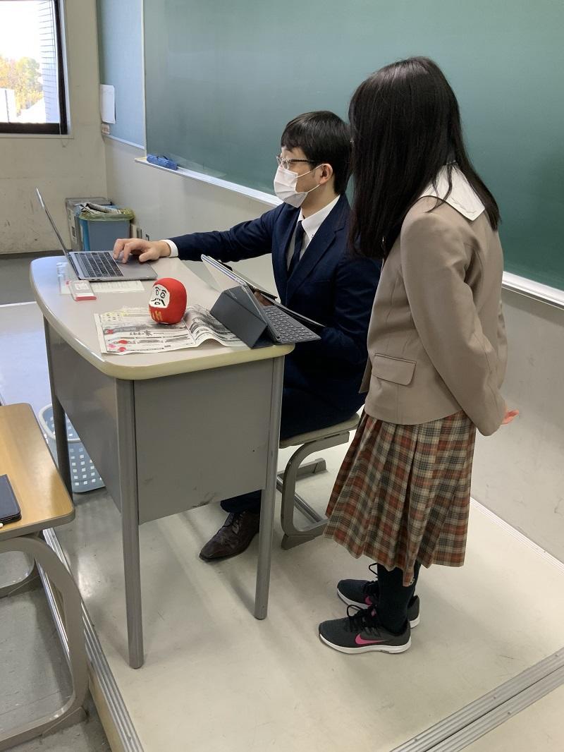授業者個人のPCと本人たちのiPadで、データのやり取りをしながら、プレゼンテーションの修正を行っています。近い将来、このようなやり取りは当たり前になるかもしれません。