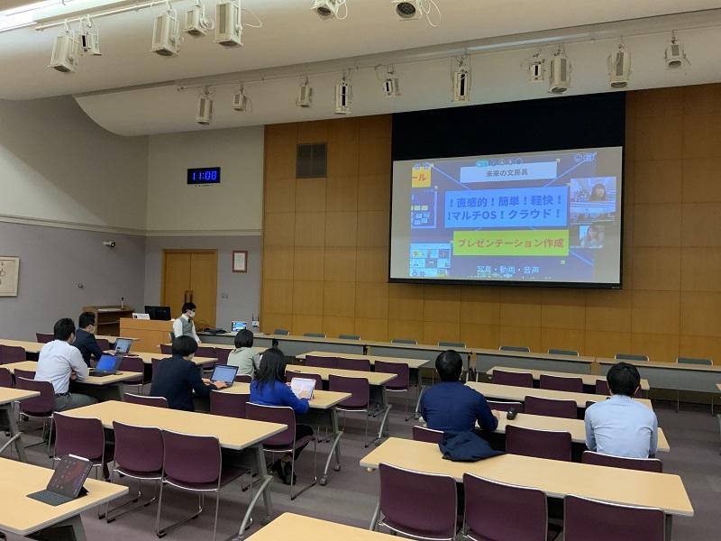 この写真は、来たるべき生徒1人1台のICTデバイスを持つことを想定して、授業支援ツールの業者によるプレゼンテーションを、Zoomを使って受けました。コロナ禍における研修のあり方を体験するよい機会ともなりました。