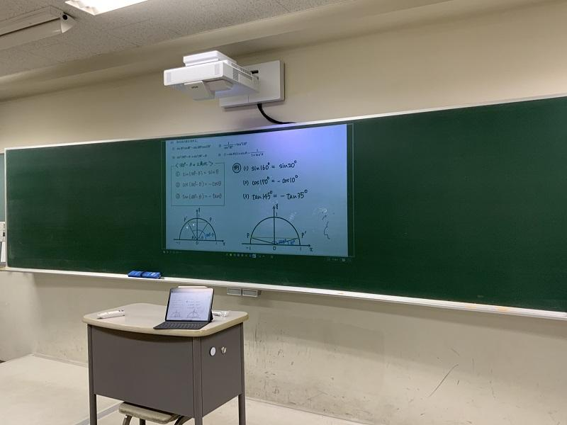 2学期に入り、一部の教室ではプロジェクターが常設されることになりました。これと AppleTVをつなげることで、テレビよりも大きく、iPad等のデバイスの画面を映すことが可能となりました。